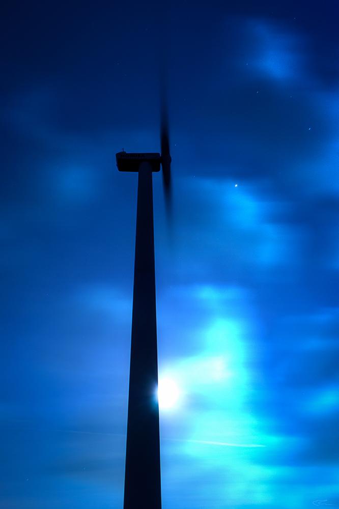 Windkraftanlage bei Nacht